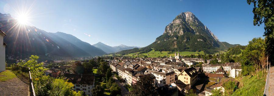 Glarus mit Glärnisch und Stadtkirche